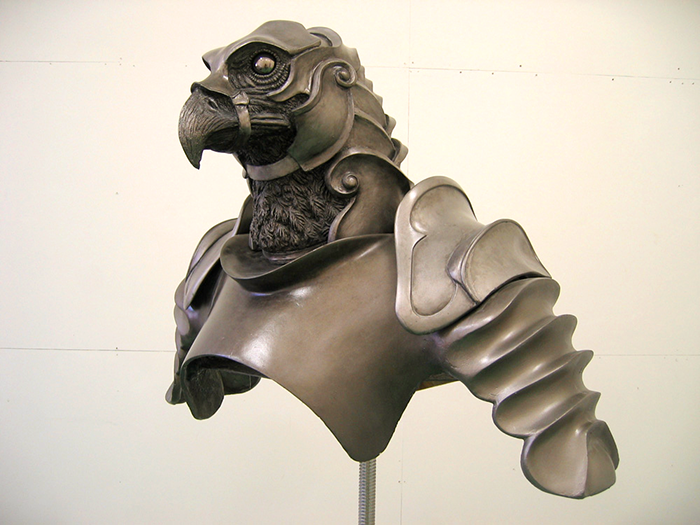 防具を着用した鳥の模型の上半身