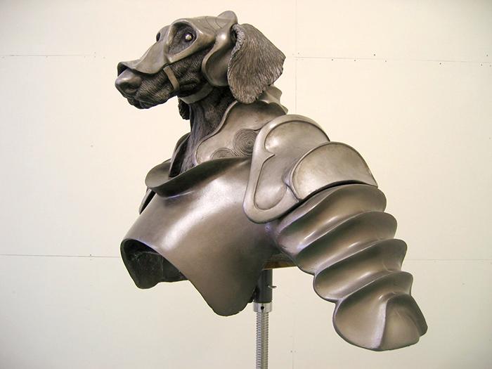 防具を着用した犬の模型の上半身